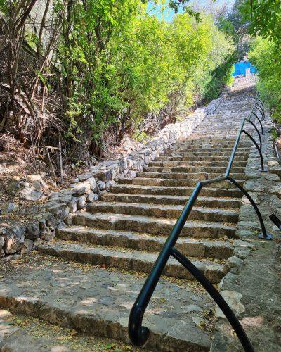 מדרגות לבדרך לנחל ראש פינה